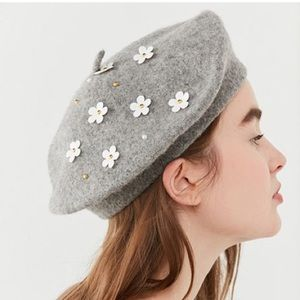 Accessories - NWOT Wool Daisy Beret